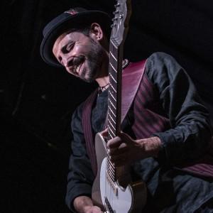 Lorenzo Piccone (Ph.Serge Miclo) - Tracolla per chitarra e basso in pelle Holes HS Stone Washed Bordeaux 10 cm
